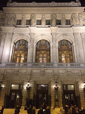 Vue extérieure de l'entrée de l'Opéra Comique
